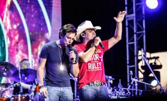 Guilherme e Santiago cantam hit do Queen em festival sertanejo
