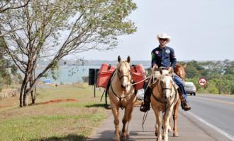 """Cavaleiro das Américas inicia jornada rumo """"ao fim do mundo"""" a partir do Parque do Peão, em Barretos"""