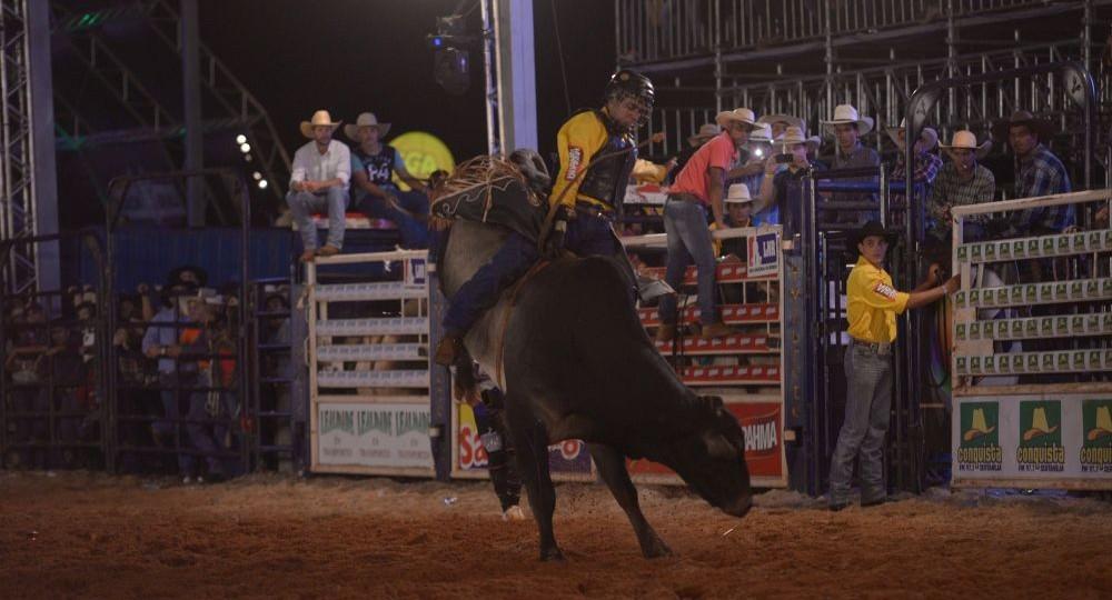 Competidor de Morro Agudo lidera montaria em touro no Ribeirão Rodeo Music 41