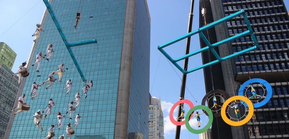 Cia K de Circo faz músicos tocarem e voarem em plena Avenida Paulista na chegada da Tocha Olímpica em SP no domingo 41