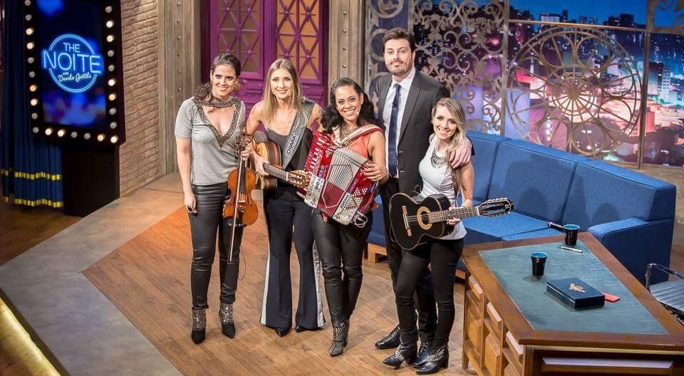 """""""The Noite com Danilo Gentili"""" recebe a banda Barra da Saia hoje (24) 41"""