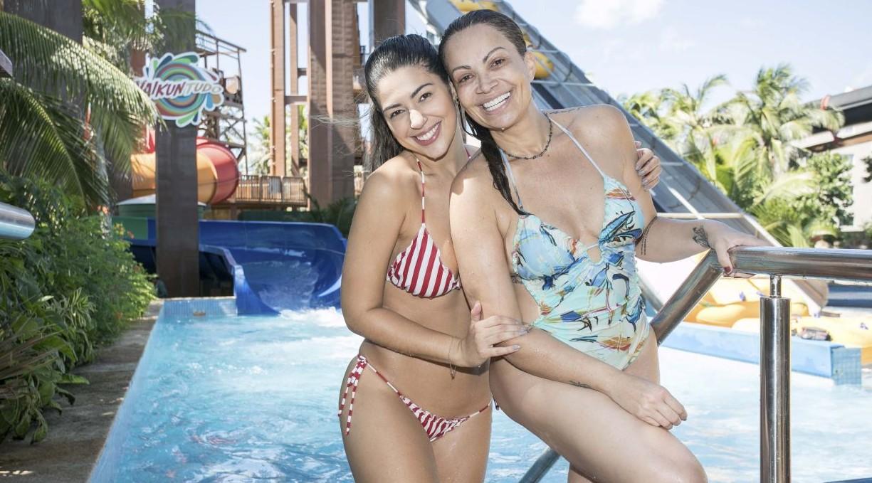 Solange Almeida e ex-BBB Vivian Amorim se divertem no parque aquático do Beach Park 41