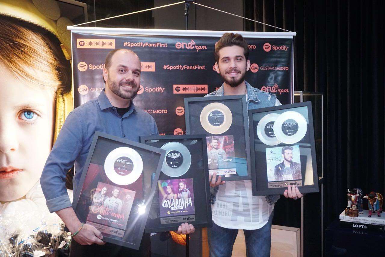 Gustavo Mioto recebe discos de ouro, platina e platina duplo, em São Paulo 41