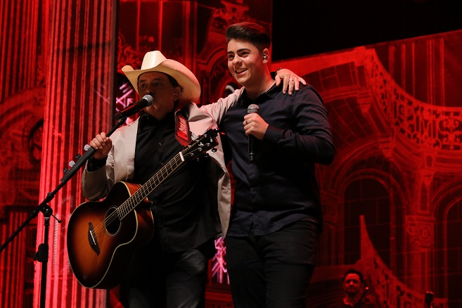 Enrico canta com o pai Chitãozinho durante show em SP e encanta a plateia 41