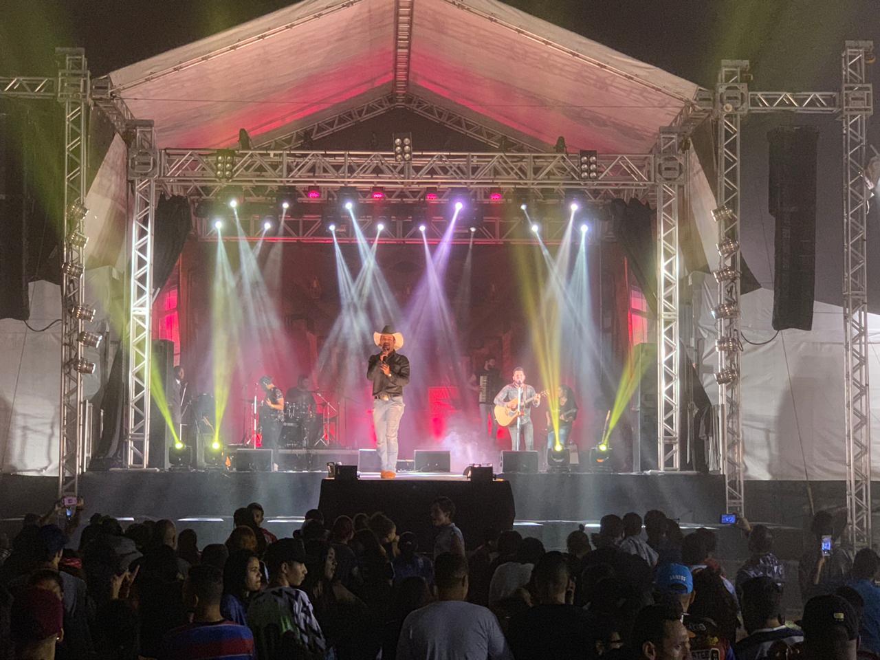 Sertanejos Bruno Nassy e Thiago agitam multidão em festival de SP 41