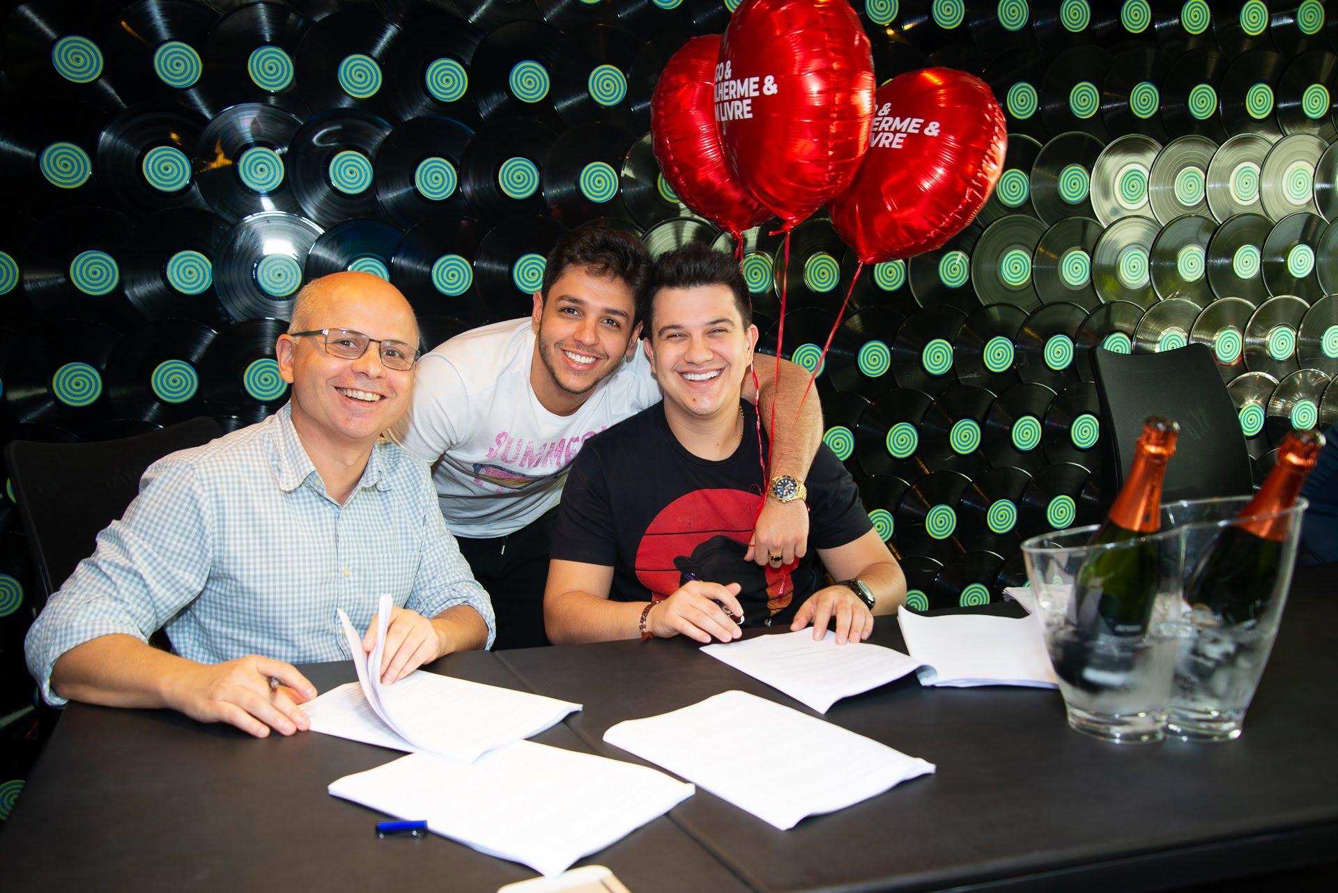 Hugo & Guilherme assinam com a Som Livre 41