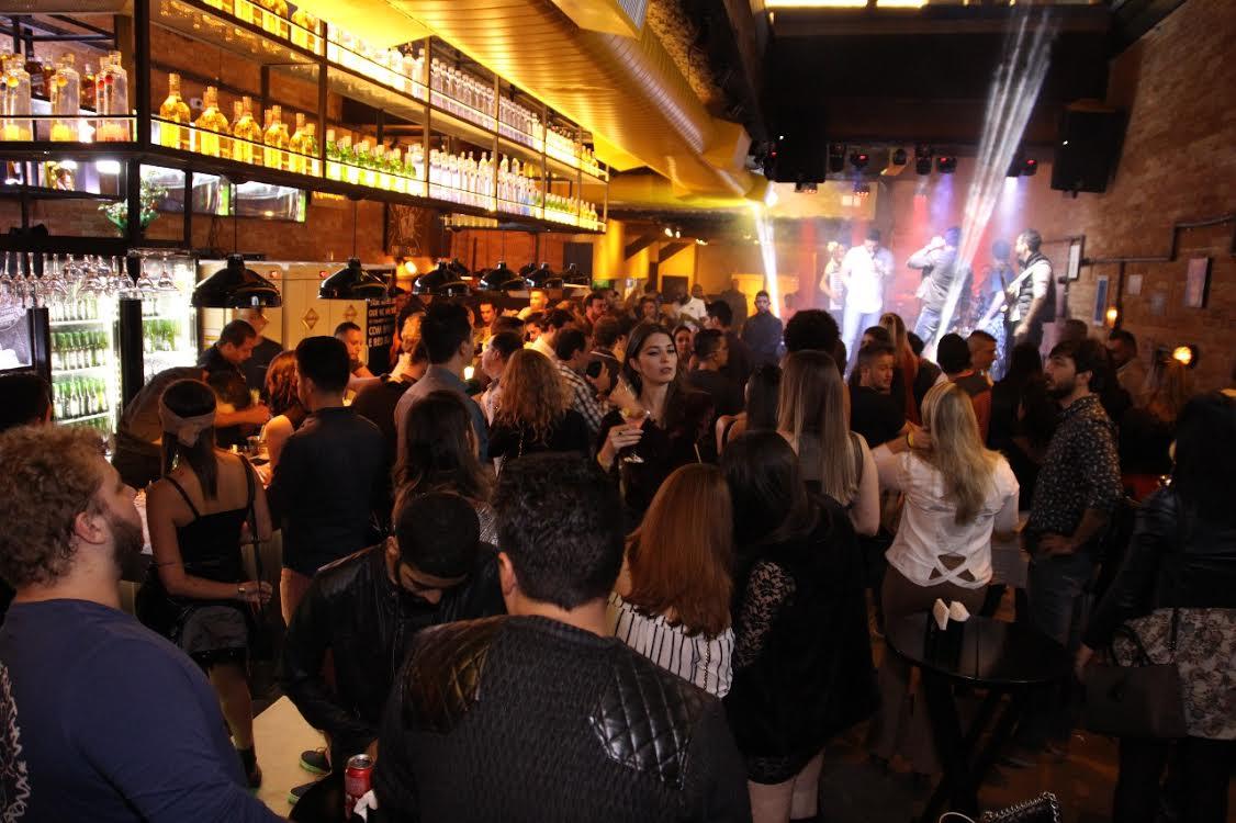 Bar na Vila Madalena cria show interativo onde clientes escolhem as músicas tocadas por artistas na casa 41