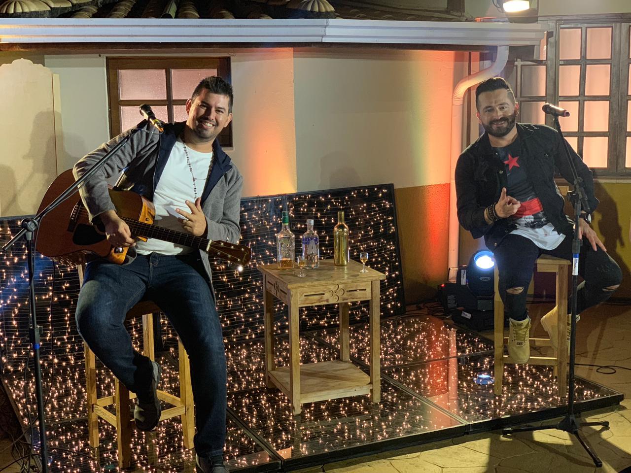 """Roger & Gabriel lançam a música """"Volto pra mesa do bar"""" 41"""