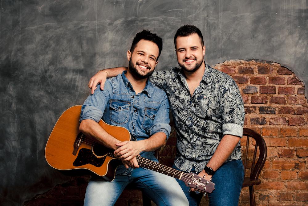 """Lucas & Felipe lançam clipe de """"Aqui se bebe, aqui se paga"""" 41"""