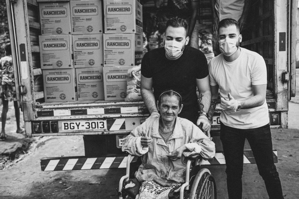 Guilherme & Benuto distribuem cinco toneladas de alimentos arrecadados em live 43