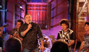 TV Aparecida exibe live sertaneja com César Galones e banda 21