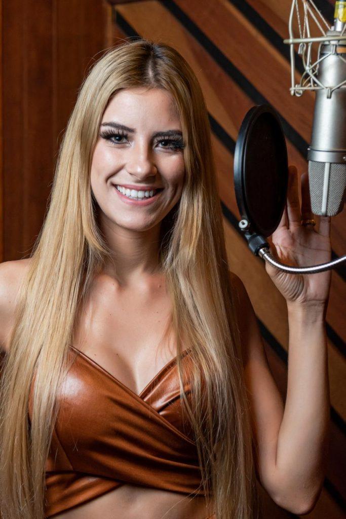 Esposa do sertanejo Hudson, Thayra Cadorini,  vence timidez e encara estúdio de gravação pela primeira vez 42