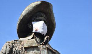 Monumento do Parque do Peão, em Barretos, ganha máscara para incentivar proteção contra coronavírus 17