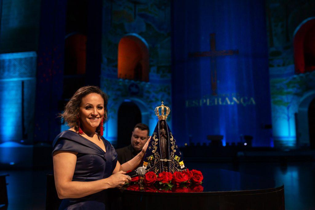 Ziza Fernandes canta em especial da TV Aparecida neste domingo 42