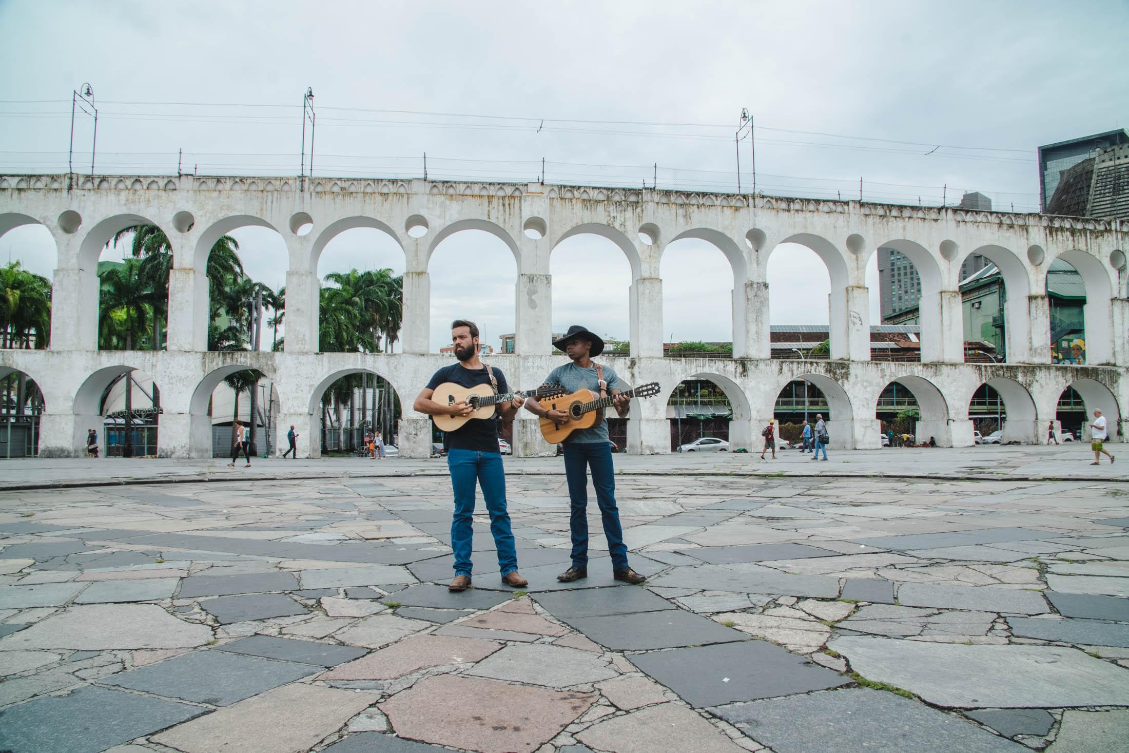 """Dos Arcos da Lapa, Lucas Reis e Thacio homenageiam a vida na roça em """"Onde Moram meus Pais"""" 41"""