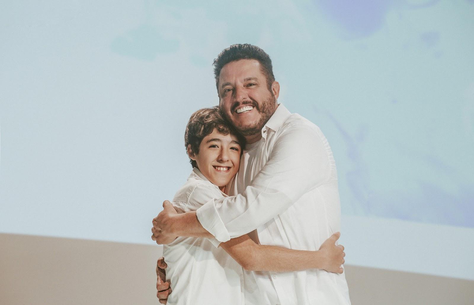 """Enzo Rabelo e seu pai, Bruno, espalham mensagem de paz em """"Pintor do Mundo"""" 41"""
