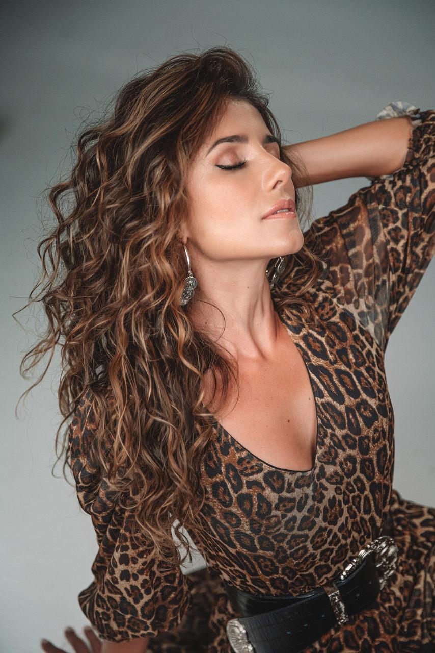 """Paula Fernandes divulga clipe de """"Promessinha"""" e faz primeira apresentação ao vivo da canção no Domingão do Faustão 42"""