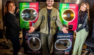 Dennis é surpreendido no dia de seu aniversário com entrega de nove quadros entre ouro, platina e diamante! 26