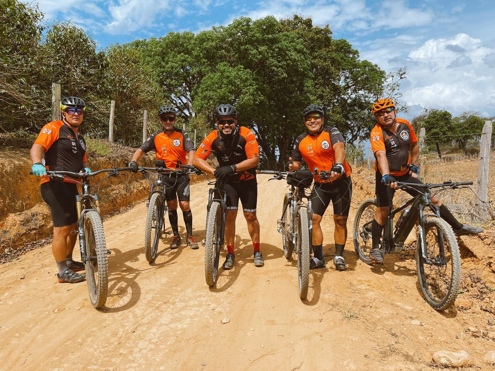 Vinícius, da dupla Douglas e Vinícius, paga promessa de bicicleta pelo 'Caminho da Fé' até Aparecida do Norte 41